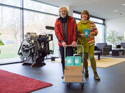 v.l.n.r: Horst Schmiele, Menschen helfen Menschen in & um Berlin e.V.; Susanne Hantz, Kindererde gGmbH (Quelle: LASERLINE)