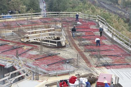 Durch die Verlegung der RAUTHERM Rohre direkt auf dem Baufeld können die BKT-Kreise an jegliche Gebäudegeometrie flexibel angepasst werden (Bildrechte: REHAU)