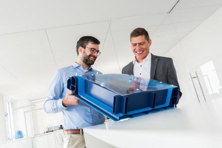 Ein Gehäuse, das nicht ins Gewicht fällt: Daniel Nierhoff, Forschung und Entwicklung und Andreas Untiedt, Kundenprojektingenieur, beide bei thyssenkrupp Steel, haben einen crashsicheren und kostengünstigen Batteriekasten für E-Autos konzipiert © thyssenkrupp Steel Europe AG