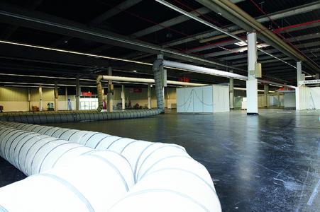 Im Inneren der Halle, entlang der Decke, wurden zirka 650 Meter Schläuche verbaut