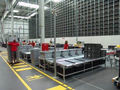 Im AKL arbeiten drei TGW Mustang Regalbediengeräte mit Lastaufnahmemitteln vom Typ Kombiteleskop für doppelttiefe Lagerung ausgestattet / TGW Logistics Group GmbH