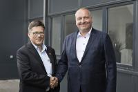 Volker Nicolai, Leiter International Sales bei GEBHARDT (li.) mit Geschäftsführer von Dansk Retursystem Lars Krejberg Petersen (re.). (c) Dansk Retursystem