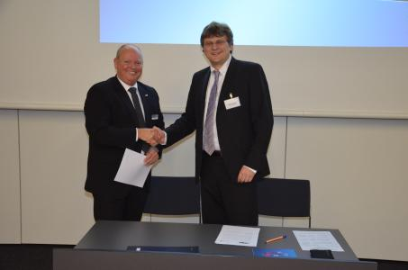 Andreas Helm, HKI (left) and Stefan Hoppe, OPC Foundation sign the Memorandum of Understanding between HKI and OPC Foundation