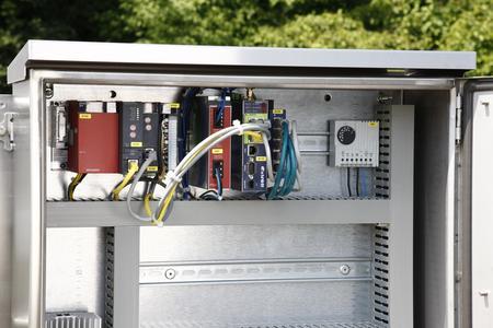 Im Schaltschrank befindet sich der Mitsubishi-Controller, hier mit Router und weiteren Komponenten, der konkrete Fehlermeldungen an das Leitwerk sendet, sobald der FAG SmartCheck Abweichungen misst