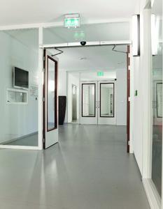 Automatische Dreh- und Schiebetürsysteme von GEZE in Pflegeeinrichtungen und Krankenhäusern öffnen und schließen berührungslos und erleichtern Pflegekräften die Arbeit  (Foto: Erwin Kamphuis für GEZE GmbH)