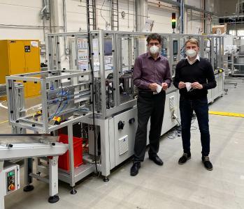 André Lang, Geschäftsführer Norafin, & Johannes Loos, Business Unit Manager Norafin, vor der neuen Maskenproduktionslinie