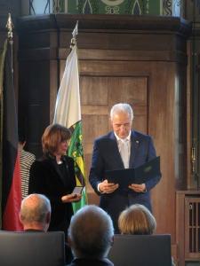 Ministerpräsident St. Tillich verleiht Petra Tröger das Bundesverdienstkreuz (Foto: Christian Kalkbrenner)