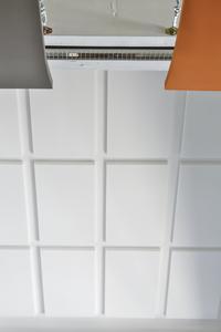 Hoch effektiv und dezent: Die großflächig im Giebelbereich verklebten Melapor-Panel nehmen den Raumschall auf und wirken optisch zurückhaltend (Foto: Caparol Farben Lacke Bautenschutz/Martin Duckek)