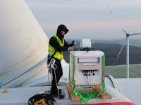 Ein ForWind-Wissenschaftler installiert das laser-optische Lidar-Messgerät zur Erfassung der Nachlaufströmung auf der Gondel einer Windenergieanlage der Firma eno energy (Foto: Stephan Voß, ForWind)