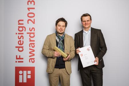 Bei der Preisübergabe von links Marco Müller, Loewe Edmund Englich, Loewe Bereichsleiter Design