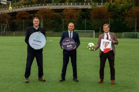 Über 30.000 Tiroler*innen sind aktiv in Fußballvereinen engagiert. Am 13.10.2020 wurde die neue App präsentiert (v. l.): Dieter Duftner, CEO duftner.digital, Landeshauptmann-Stellvertreter Josef Geisler und Präsident Josef Geisler vom Tiroler Fußballverband (TFV).