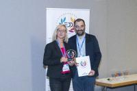 Martin Jamrich, Geschäftsführer des tschechischen Magazins Svet Tisku, übergibt den EDP Award an Sibylle Geiselhart, Leiterin Kundenservice und Vertriebsprozesse Deutschland bei Kurz / Foto: EDP Association