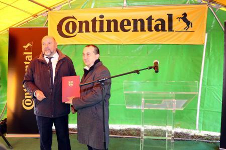 Wirtschaftsminister Glawe und Dr. Venz von Continental bei der Übergabe der Förderbescheides