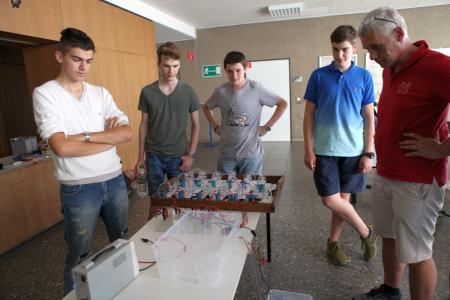 Das Team BurgPower des Burggymnasiums Kaiserslautern mit Lehrer Heribert Bröhl beim Test ihrer Brennstoffzellen-Anlage