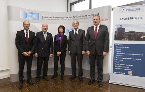 Prof. Andreas Dengel, Prof. Wolfgang Wahlster, Ministerin Vera Reiß, Vizepräsident Prof. Arnd Poetzsch-Heffter und Dr. Walter Olthoff (v.l.n.r.) nach der Unterzeichnung der Grundsatzvereinbarung