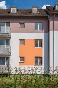 Akzentfelder verbinden Fenster unterschiedlicher Größe zu einer Einheit – ein Gestaltungsmittel, das bei allen Blocks angewandt wurde (Foto: Caparol Farben Lacke Bautenschutz/blitzwerk.de)