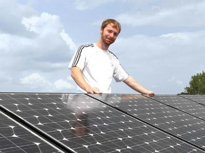 Lawrence Smith auf dem Dach des AS Solar Firmengebäudes