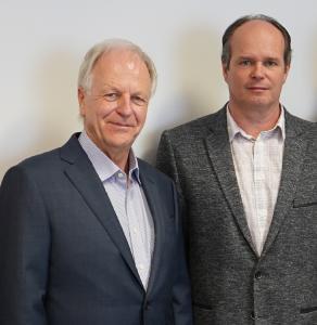 Dr. Thomas Rubbe (links), Geschäftsführer DPS Software und zukünftig auch Mitglied des Management Boards in Tschechien mit Hynek Horák, Geschäftsführer SolidVision, nach dem Signing des Kaufvertrages in Brno