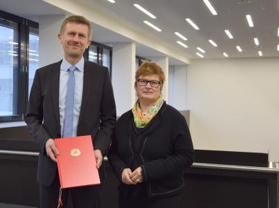 Prof. Dr.-Ing. Ralf M. Gläbe mit Hochschul-Rektorin Prof. Dr. Karin Luckey bei der Übergabe der Ernennungsurkunde