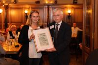 Ann-Katrin Weidling mit Dr. Paul Kellerwessel bei der Preisverleihung in Köln