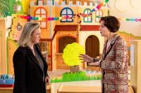 Staatsministerin Kerstin Schreyer mit Geschäftsführerin Susanne Lang im Frieda Lang Haus für Kinder