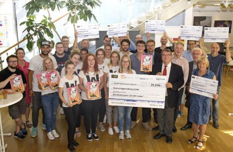 Alle Förderprojekte kamen, um ihren Scheck abzuholen. Der Rekorderlös von 25.000 Euro wurde auf sechs Projekte aufgeteilt / Fotohinweis: J. Untch/Vogel Communications Group