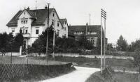 Um 1900 befand sich der Firmensitz von Hengstler in der Hauptstraße 69 in Aldingen. Von hier aus belieferte das Unternehmen die Schwarzwälder Uhrenindustrie mit Tonfedern Bild: Hengstler GmbH