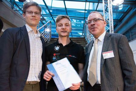 Alexander Prahl (links) und Andreas Hohl (rechts) von ITK Engineering mit dem Studenten Maximilian Preis bei der ITK Student Award Verleihung  (Foto: Julia Bergmeister)