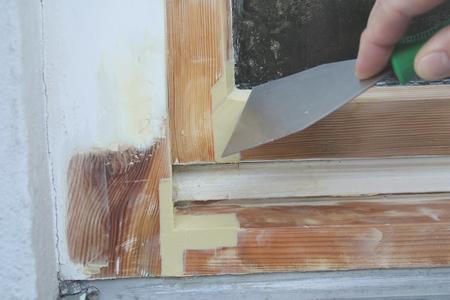 Um stark beschädigte Holzbauteile sicher zu reparieren, hat Caparol jetzt das Capadur Repair System herausgebracht. Mit der modellierbaren, hartelastischen Reparaturmasse werden beschädigte Holzteile ersetzt. Foto: Caparol Farben Lacke Bautenschutz