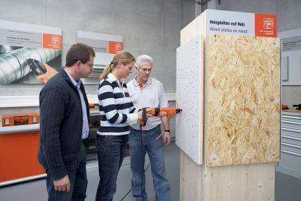 Praktisches Arbeiten der Schulungsteilnehmer mit FEIN Elektrowerkzeugen und Zubehör im Segment Ausbau.