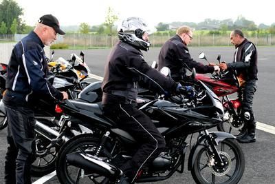 Fahren ohne Führerschein - unter Anleitung von erfahrenen Instruktoren: erste Fahrübungen auf Honda Motorrädern