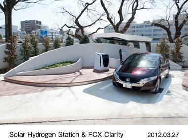 Das Honda-Brennstoffzellenelektrofahrzeug FCX Clarity vor der neuen Solar-Wasserstoff-Tankstelle im japanischen Saitama