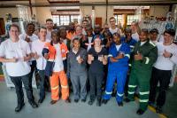HAWE Auszubildende installieren Hydraulik-Schulungsmodelle in Botswana und führen Train-the-Trainer Schulungen durch.