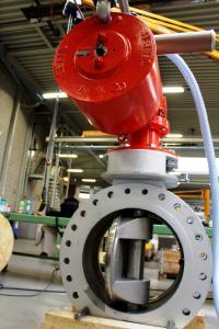 Die Pneumatiksteuerung im Aktor hat die Aufgabe, die unten zu sehende 24-Zoll-große Drosselklappe im Falle von Überdruck binnen einer halben Sekunde zwecks Druckausgleichs zu öffnen / Bildnachweis: ACE Stoßdämpfer GmbH und Doedijns Group International (DGI)