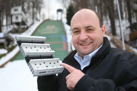 Peter Riedel mit einem Modell seiner Neuentwicklung. Der Ingenieur und Schneeexperte aus dem Erzgebirge ist der Erfinder der bahnbrechenden Neuerung in Sachen Anlaufspur