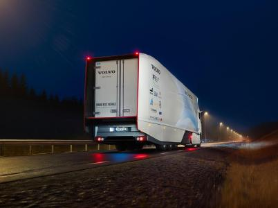 """Der Volvo Concept Truck ist auf einen möglichst geringen Luftwiderstand ausgelegt, ohne dass andere Funktionen beeinträchtigt werden. Beispiele für Verbesserungen sind Kameras anstelle von Rückspiegeln, Fahrgestellverkleidungen an den Rädern und ein Heckteil (""""Boat Tail""""), das den Auflieger hinten verlängert"""