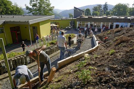 Rund 140 Helfer von Rittal und eine Spende über 20.000 Euro von der Rittal Foundation sorgten dafür, dass die Renovierung des Schulhofes der Otfried-Preußler-Schule einen großen Schritt nach vorne gemacht hat / Foto: Rittal Foundation