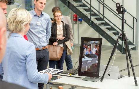 Industrie 4.0 zum Anfassen: Starke Ministerin hält tonnenschweres WEISS-Produkt in den Händen, ermöglicht durch Augmented Reality