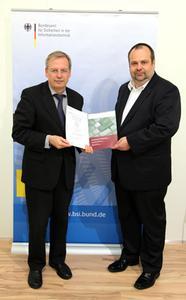 Übergabe des Zertifikats an Timo Kob (r.) durch Bernd Kowalski vom BSI