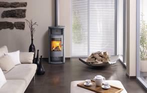 Ein echtes Wohlfühlstück: Der Kaminofen Jena von Hase zeichnet sich durch die klassische Dreiteilung in Wärmefach, Feuerraum und Holzfach und durch zeitlosharmonische Proportionen aus.