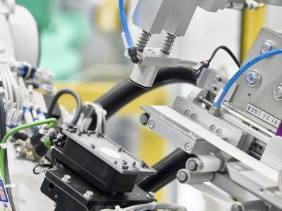 In Halle 6, Stand K16 entstehen intelligente, personifizierte Kofferanhänger für die Messebesucher nach dem Prinzip einer smart vernetzen Fabrik / Bild: ARBURG