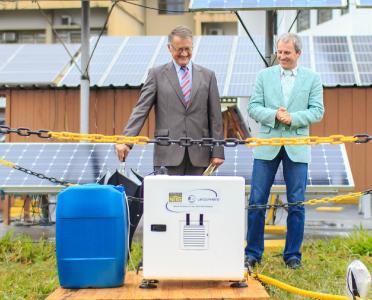Uwe Heye (German Deputy Consul General São Paulo) and Klaus Bergmann with a LiDAR measurement device on the premises of São Paulo