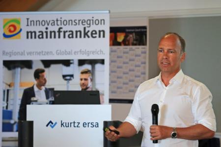 """Key Note-Speaker Prof. Dr.-Ing. Thomas Bauernhansl beim """"Denker treffen Lenker""""-Innovationsdialog bei Kurtz Ersa"""