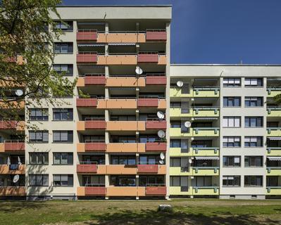 Die unterschiedlichen Balkonbrüstungen werden mit Farbe zusätzlich hervorgehoben, dadurch entsteht ein heiteres, lebendiges Gesamterscheinungsbild, Foto: Caparol Farben Lacke Bautenschutz