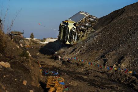 Der Lkw vollzieht eine Drehung um volle 360 Grad, als er eine steile Böschung hinunterfährt. Seine einzigartige Käfigkonstruktion ist gebaut, um dieser Art von Belastungen standzuhalten, um den Fahrer zu schützen