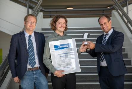Der stolze Preisträger des CCeV-Studienpreises 2018, Lucian Zweifel, eingerahmt von Prof. Brauner (links) und Prof. Baeten (rechts) / Bild: Messe Augsburg / Fotograf: Marco Kleebauer