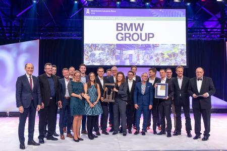 """Deutscher Logistik-Preis 2019 der Bundesvereinigung Logistik (BVL) für ein Logistik-Projekt der BMW Group:  Jürgen Maidl, Leiter Logistik im Produktionsnetzwerk BMW Group (10. v.r.), Dr. Dirk Dreher, Leiter Logistik im Produktionsnetzwerk BMW Group (5. v.r.), Marco Prüglmeier, Projektleiter """"Innovation und Industrie 4.0 Logistik"""" BMW AG (4. v.r.) und das Projektteam bei der Preisverleihung. Ganz links Robert Blackburn, Vorstandsvorsitzender der BVL, ganz rechts Prof. Thomas Wimmer, Vorsitzender der Geschäftsführung der BVL"""