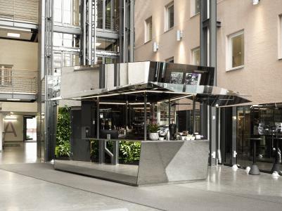 Café, ausgestattet mit Pilkington Mirropane™ Chrome