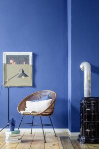 Die Farbspezialisten des Caparol FarbDesignStudios haben Blau als eine der Trendfarben 2017 festgestellt: hier im Farbton Saphir 95, Foto: Caparol Farben Lacke Bautenschutz/blitzwerk.de