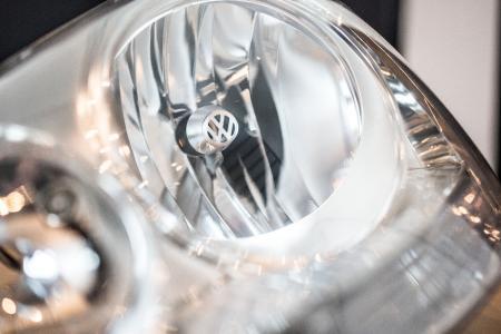 Miniobjekt mit maximaler Wirkung: Das Material für die Strahlenkranzblende in Fahrzeugen namhafter Automobilhersteller kommt als Spaltband von der Rolle, geliefert von thyssenkrupp in Duisburg